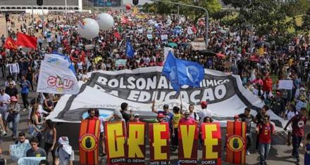 En Brasil miles de estudiantes marchan contra los recortes en educación