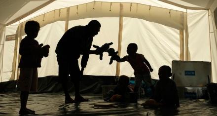 Nueva Guinea: El niño indígena torturado con una serpiente debe recibir justicia