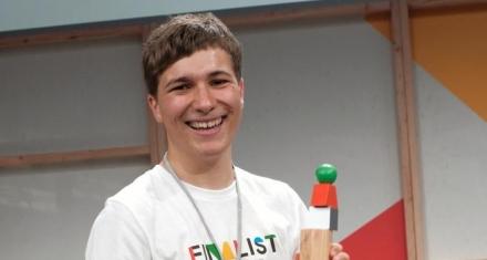 Jóven de 18 años gana un premio Google por un invento para eliminar los microplásticos
