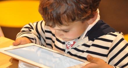 Los peligros de poner a los menores de 2 años a las pantallas