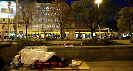 Hungría prohíbe a los indigentes dormir en la calle