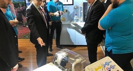 Bill Gates presenta un inodoro sin agua y que transforma las deposiciones en fertilizante