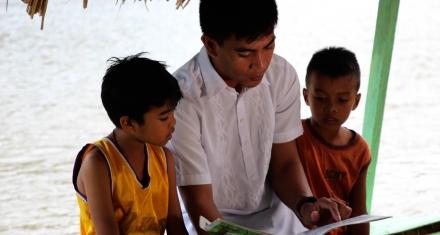 Un maestro desafía al analfabetismo desde una balsa