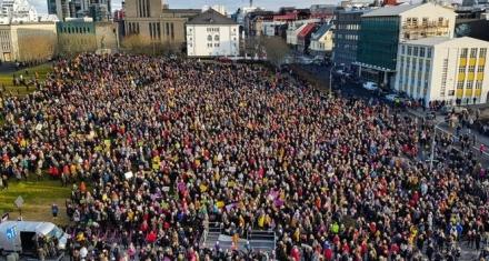 Islandia: Feministas protestan contra la brecha salarial acortando su jornada laboral