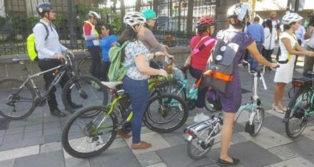 Bus eléctrico y escolta de bicicletas
