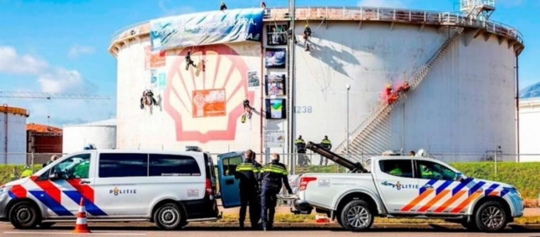 Greenpeace-bloquea-el-acceso-a-la-refineria-de-Shell-en-Roterdam-1200x821