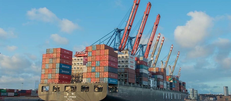 container-ship-frachtschiff-freighter-hamburg