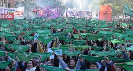 Masiva marcha por la presentación del proyecto para legalizar el aborto en Argentina
