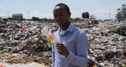 Quién es el activista que consiguió que se dejaran de usar bolsas plásticas en Kenia