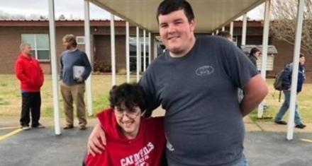 Un joven ahorro durante dos años para comprarle una silla de ruedas eléctrica a su amigo