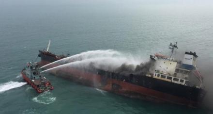 Hong Kong: Se incendió un petrolero en zona de protección de tortugas