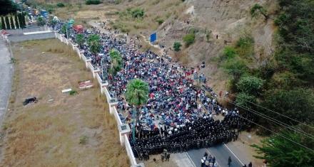 Fuerzas de seguridad reprimen a cientos de migrantes guatemaltecos que buscan llegar a EE. UU.