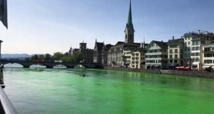 Zurich: Activistas tiñeron de verde un río para denunciar la crisis climática