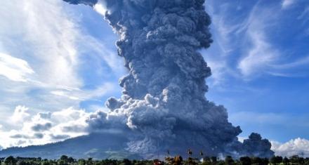 Indonesia: El volcán Sinabung expulsa una columna de ceniza de 4.500 metros
