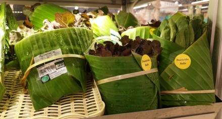 Tailandia: Supermercado envuelve los productos con hojas de plátano