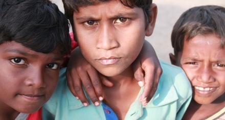 India: Rescatan 27 niños obligados a trabajar en una fábrica de galletas