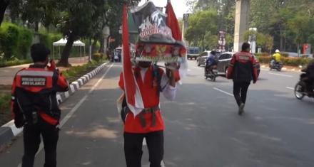 Un indonesio caminó 800 km de espaldas para salvar un bosque