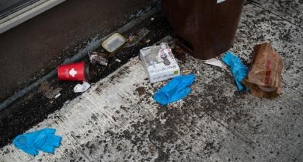 El problema de los guantes descartables en el suelo