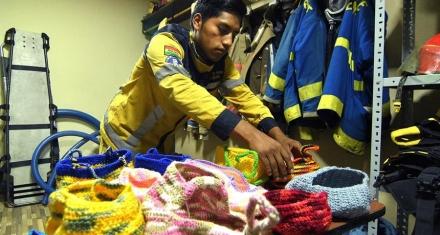 En Bolivia, un grupo de bomberos volutarios tejen