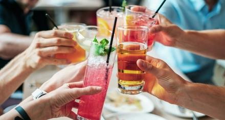 ¿Puede el consumo de alcohol aumentar el riesgo de padecer cáncer?
