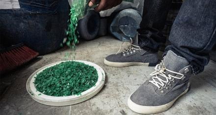 En Haití hacen botas con plástico de botellas recicladas