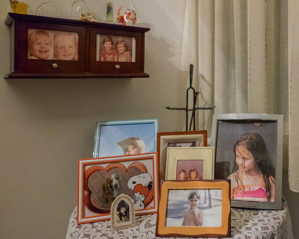 Fotografías de los hijos de Lena Martin; sus abuelos siguen viviendo en la casa y no planean irse. Caracas, Venezuela, 2017 Mariana Vincenti