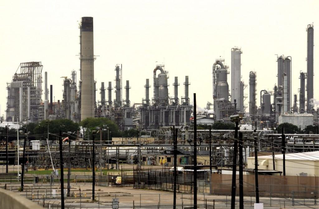 Imagen de archivo de una refinería de petróleo. EFE/Bob Pearson